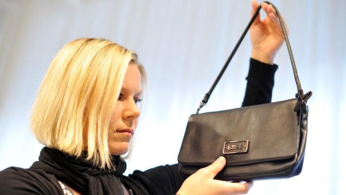 """Eine Frau präsentiert eine Tasche von """"Bree"""""""
