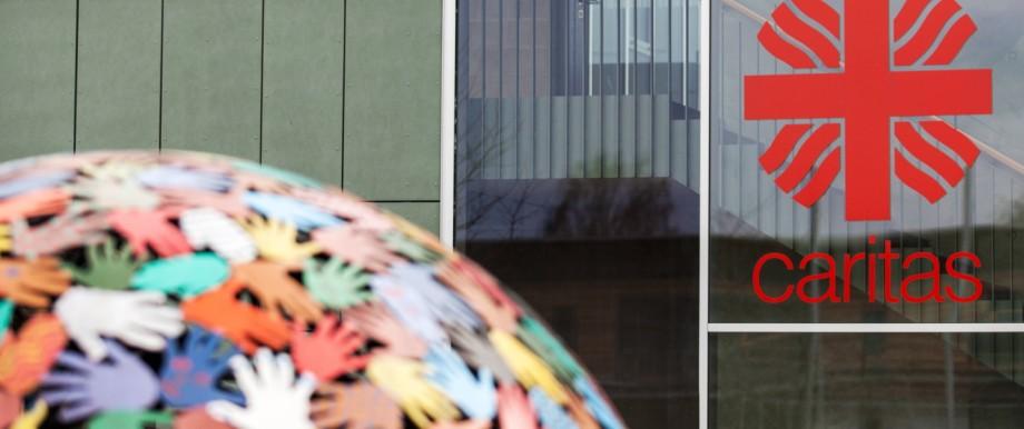 Caritas Einrichtung in Rosenheim neben der Gaborsporthalle Kunst Kugel Hände Kunstwerk Weltkugel