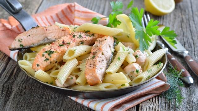 Nur für Das Rezept Pasta mit Lachs und Erbsen-Sahne-Sauce von Inés Berber