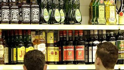 Jugendliche und Komasaufen: Verführung am Schnapsregal: Die Zahl von Jugendlichen mit Alkoholvergiftungen erklimmt aktuell neue Rekordmarken.