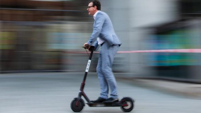 E-Scooter - Ein Mann fährt auf Elektroroller in Bamberg