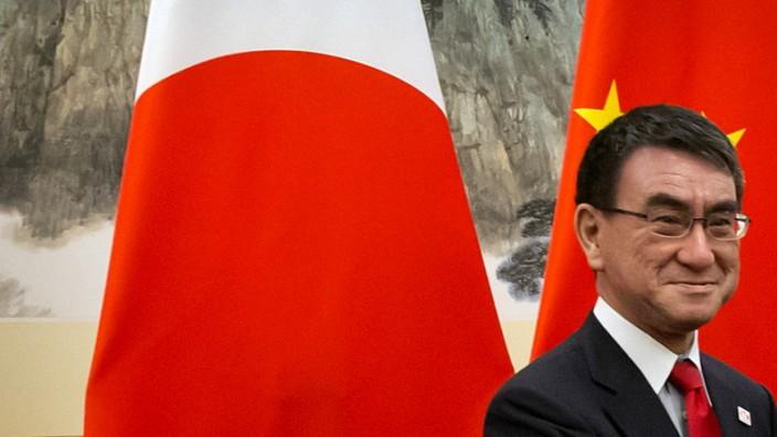 Japan: Japans Außenminister Taro Kono (links) möchte bald wie sein chinesischer Kollege Wang Yi in alter Tradition mit seinem Nachnamen begrüßt werden.