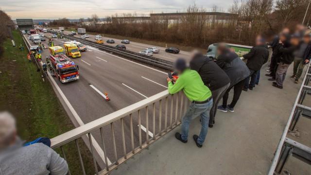 Symbolbilder Schaulustige Gaffer auf einer Autobahnbrücke bei einem Verkehrsunfall Symbolbilder Sc