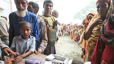 Zyklon Aila in Asien: Menschen in Bangladesch warten in einem Dorf südwestlich von Dhaka auf Medikamente. Mediziner befürchten wegen Trinkwassermangels den Ausbruch von Krankheiten.