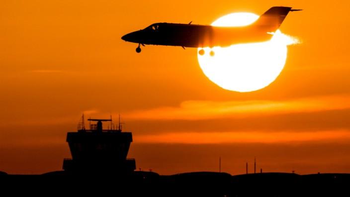 Flughafen Airport Düsseldorf Flugzeug landet