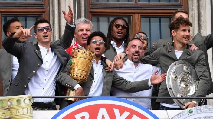Nach der Saison 2018/2019 konnten die Profis (hier Robert Lewandowski, Serge Gnabry, Franck Ribery und Leon Goretzka, v.l.n.r.) nochmit Oberbürgermeister Dieter Reiter(hinten) im Rathaus feiern.