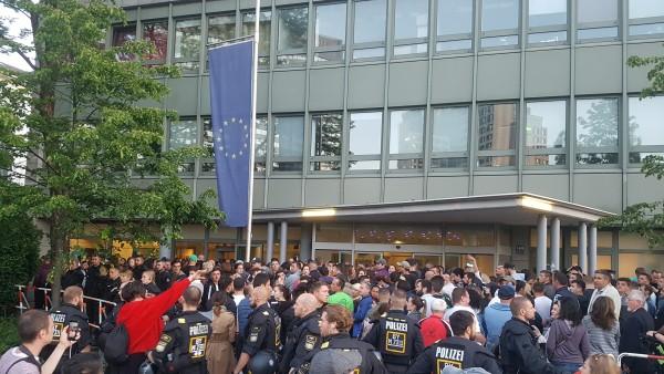 Europawahl in München: Rumänen wollen wählen, müssen dafür aber stundenlang anstehen.