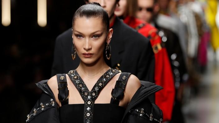 Bondage in der Mode: Gut verschnürt: Model Bella Hadid bei der Versace-Show in Mailand im Januar.