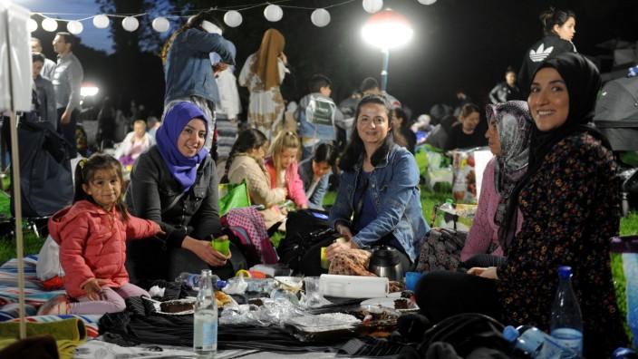 Ramadan: Nach Sonnenuntergang wird im Luitpoldpark in Schwabing das Fasten gebrochen.