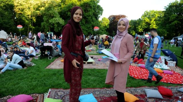 Ramadan: Für Sarelle McKensie, 27, (unten links) und Seyma Yüksel, 27, (unten rechts) vom Muslimrat München bedeutet das vor allem: viel Organisation.