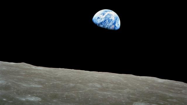 Erdaufgang über dem Horizont des Mondes