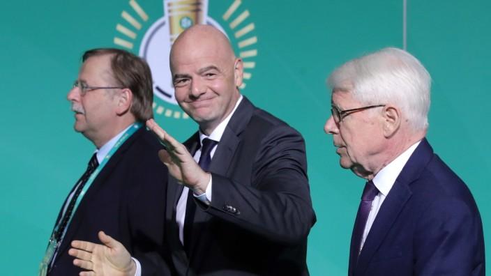 FIFA-Präsident Gianni Infantino mit DFB-Funktionären 2019 in Berlin