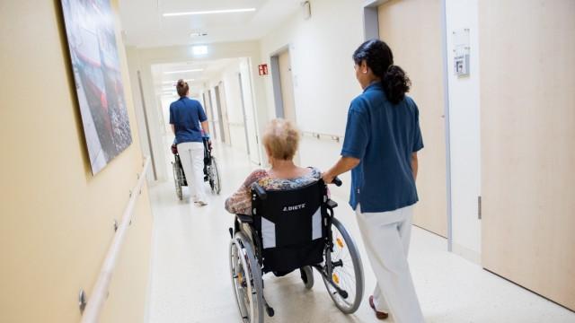 Regierung will bessere Bezahlung von Pflegekräften durchsetzen