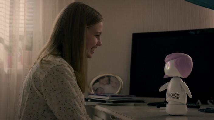 Streaming I: In Staffel fünf zeigt Black Mirror unter anderem eine etwas zu enge Verbindungen zu einer Art Alexa-Version von Chucky der Mörderpuppe.