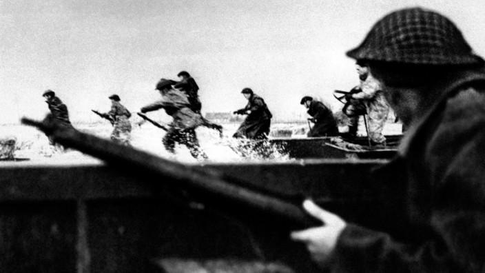 D-Day vor 75 Jahren: Riskanter Landgang: Kanadische Soldaten stürmen am 6. Juni 1944 die Küste der Normandie. Manche sterben schon wenig später durch das Verteidungsfeuer der Deutschen.