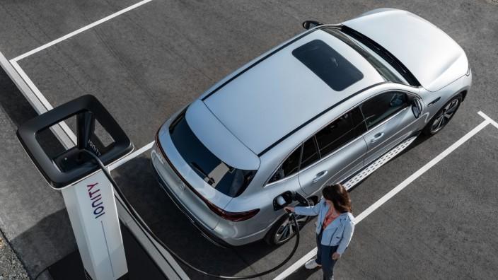 Ein E-Auto von Mercedes-Benz beim Aufladen