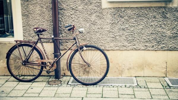 Rostdesign Altes Fahrrad angeschlossen an Fallrohr an Hauswand creative *** Rust design Old bicy