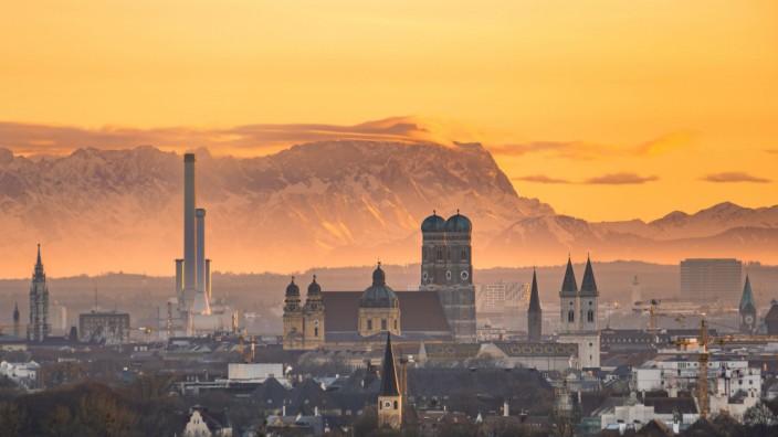 Blick über München mit Frauenkirche Theatinerkirche Ludwigskirche hinten Zugspitze bei Sonnenunte
