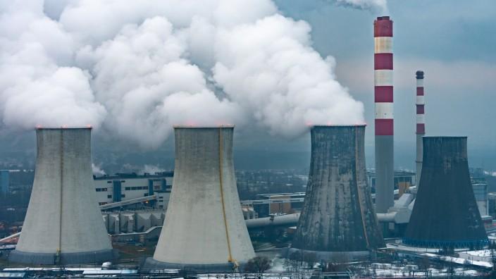 Kohlekraftwerk bei Kattowitz in Polen: Manche osteuropäische Staaten setzen stark auf Kohle - umso mühsamer wird der klimafreundliche Umbau der Wirtschaft.