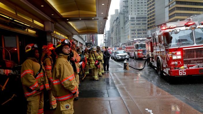 Unfall in New York City: Feuerwehrleute beim Einsatz am Ort des Hubschrauberabsturzes in Manhattan am Montag.