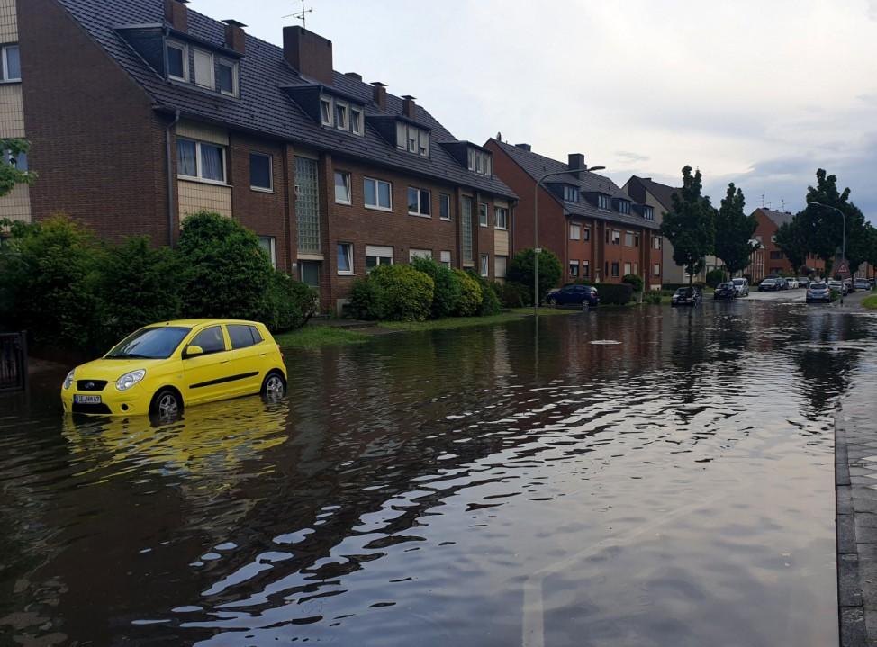 Überflutete Straße in Mönchengladbach