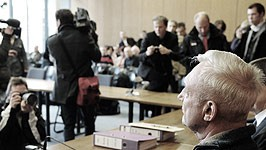 """Kleingarten-Mord in Gifhorn: """"Das war's dann. Ein Abwasch"""": Bei der Schilderung der Tat zeigt der Angeklagte (vorne) keinerlei Gefühle. Am Donnerstag fällt das Urteil."""