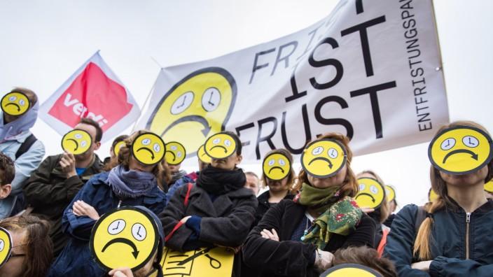 """Frist ist Frust âÄ"""" Entfristungspakt 2019, Protestaktion vor dem Berliner Dienstsitz des Bundesministeriums für Bildung und Forschung am Freitag, 5. April 2019"""