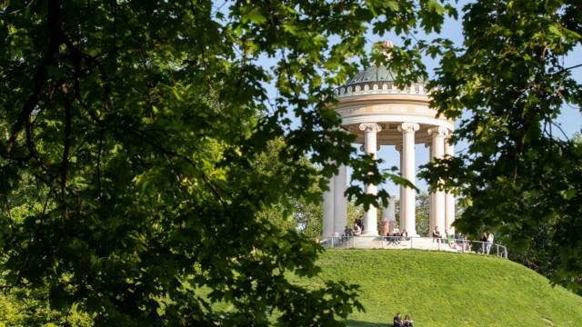 Frühling in München Blick durch einen grünen Baum auf den Monopteros