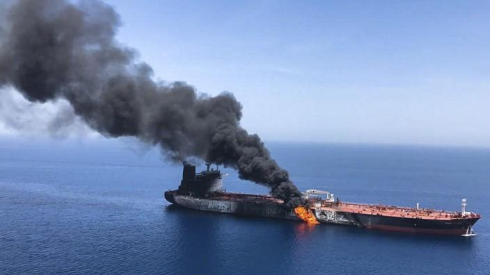 """Der brennende Tanker """"Front Altair"""" im Golf von Oman"""