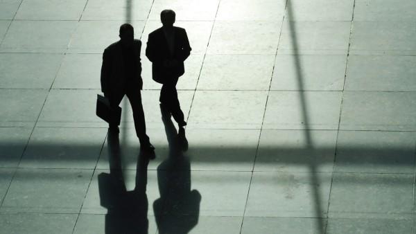 Männer mit Anzug und Aktenkoffer