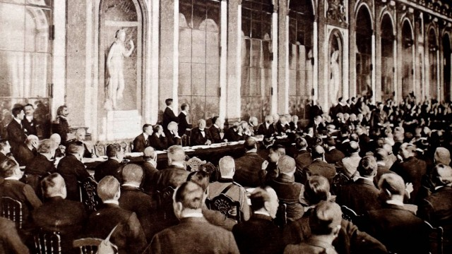 The signing of the Versailles Peace Treaty at the Hall of Mirrors 28th June 1919 WHA PUBLICATIONxIN