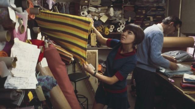 Mode: Mary Quant bei der Auswahl von Stoffen, 1967.