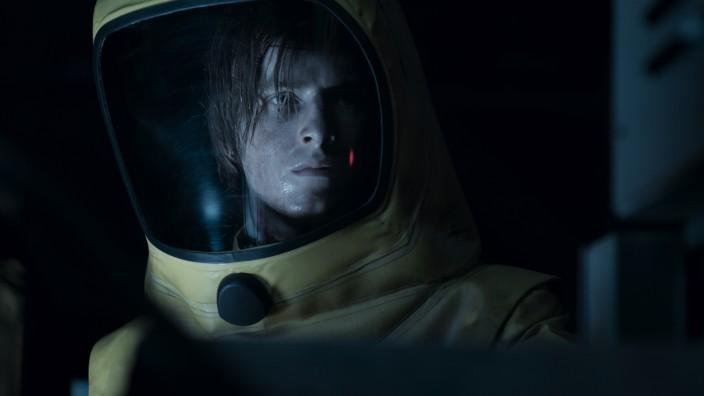 Netflix-Erfolgsserie: Deutschland im Jahr 2052: Der Strahlenschutzanzug von Jonas Kahnwald (Louis Hofmann) sitzt, die Frisur eher weniger.