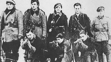 Jüdischer Widerstand gegen die Nazis: Kämpfer der Bielski-Gruppe, in der Mitte der ersten Reihe kniet Aron Bielski. Sein älterer Bruder Tuvia führte die Partisanen