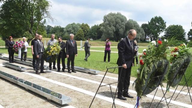 Gedenkfeier am ehemaligen SS-Schiessplatz: Drei Delegationen sind aus den sowjetischen Nachfolgestaaten angereist, um Kränze niederzulegen. Hier die der Ukraine und Belarus (im Hintergrund).