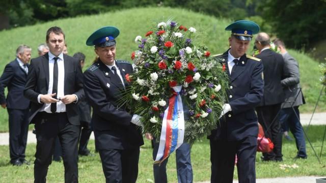 Gedenkfeier am ehemaligen SS-Schiessplatz: Die Kranzniederlegung der Russischen Föderation.