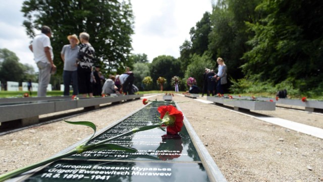 Gedenkfeier am ehemaligen SS-Schiessplatz: Die Namen der verstorbenen Soldaten sind in Gedenktafeln eingraviert.