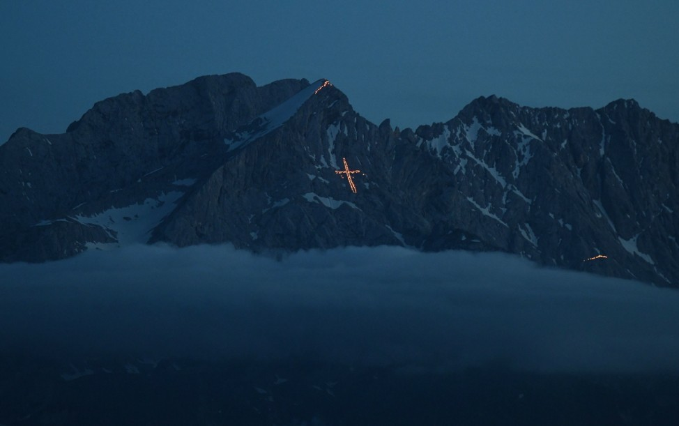 Sonnwendfeuer in den Bergen