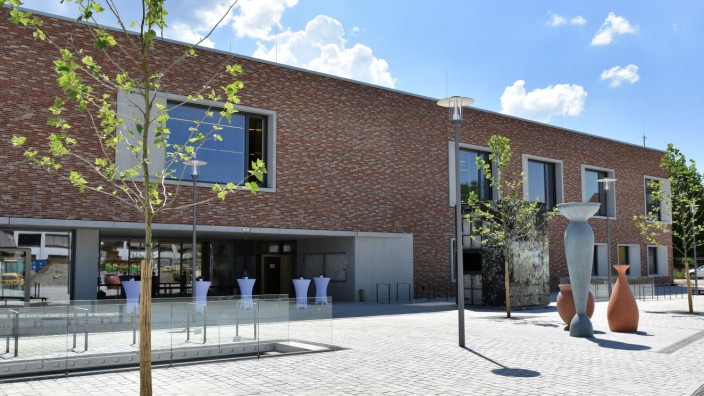 Unterföhring: Geschafft: Der Neubau für Volkshoch- und Musikschule am Unterföhringer Bahnhof ist fertig. Die Nutzer haben ihre Räume bereits bezogen, auch erste Veranstaltungen können besucht werden.