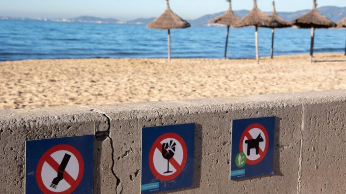 Drei Schilder weisen darauf hin, was am Strand von Platja de Palma auf Mallorca verboten ist.