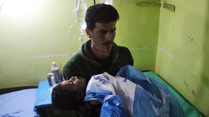 Chemie-Waffen: Ein Kind, das im syrischen Khan Sheikhun nach dem Giftgasangriff 2017 ins Krankenhaus gebracht wurde.