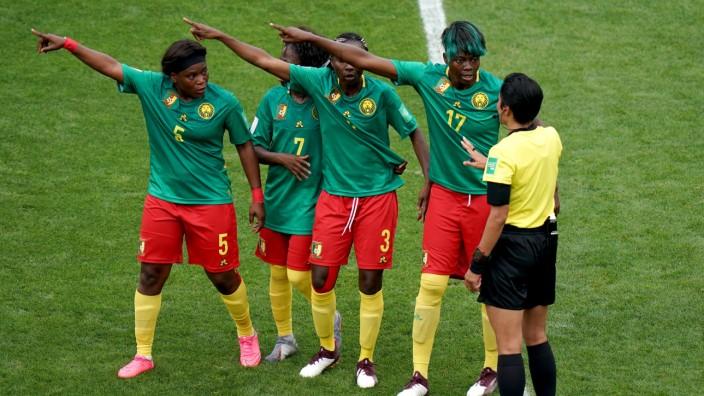 Fußball-WM der Frauen 2019 - Kamerunerinnen protestieren beim Spiel gegen England