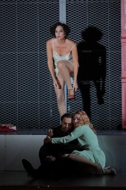 Opernfestspiele: Eine Figur am Abgrund: Marlis Petersen (hinten) in der Rolle der Salome an der Bayerischen Staatsoper.