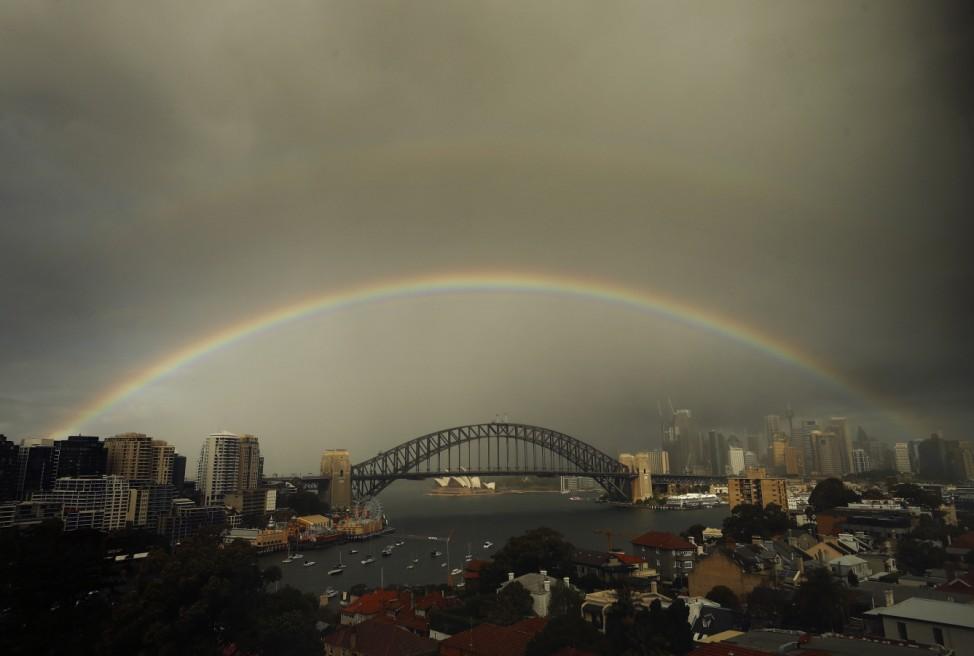 Licht im Dunkeln: Ein Regenbogen spannt sich über die Harbour Bridge in Sydney. Die Australier freuen sich über den Regen, nachdem die Behörden wegen anhaltender Trockenheit bereits Beschränkungen für die Wassernutzung eingeführt hatten.