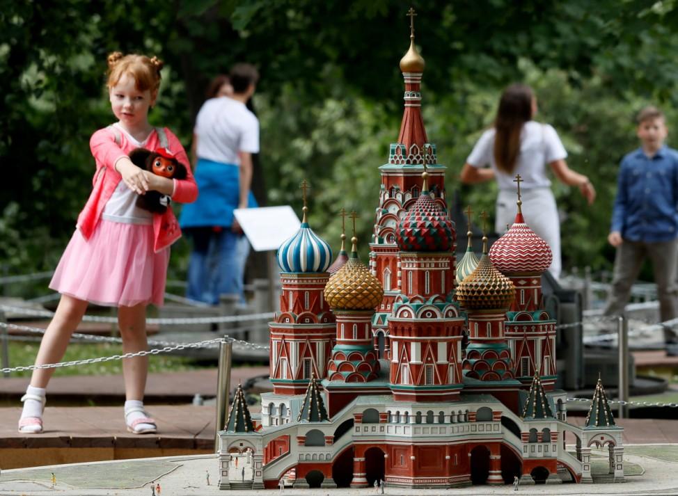 Besuch in Liliput: Ein Mädchen steht neben dem Model der Basilius-Kathedrale in einer Miniatur-Ausstellung in Moskau.