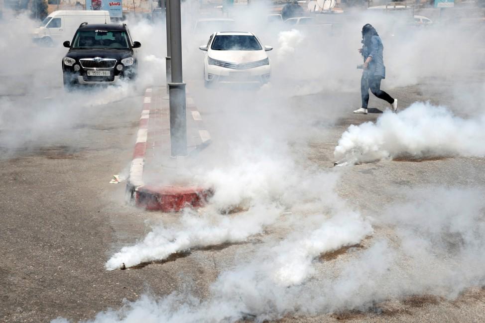 Explosive Stimmung: Eine palästinensische Frau flüchtet in der israelischen Siedlung Bet El im Westjordanland vor einem Tränengas-Angriff israelischer Streitkräfte während eines Protests gegen den Workshop für einen US-Friedensplan im Inselstaat Bahrain.