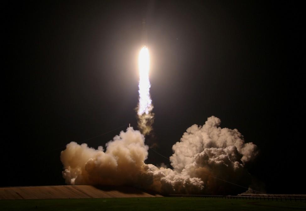 """Leuchtfeuer: Die Rakete """"Falcon Heavy"""" startet vom Kennedy Space Center in Florida. Sie soll 24 Satelliten ins Weltall befördern."""