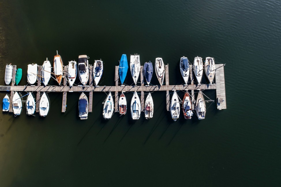 Spitzenposition: Sportboote liegen an einem Steg im nordhessischen Edersee, der nach der Dürre im vergangenen Jahr wieder viel Wasser hat.