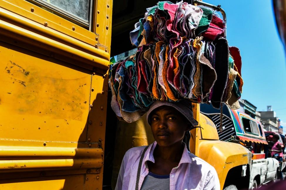 Kopf-Tuch: In der haitianischen Hauptstadt Port-au-Prince verkauft eine Marktfrau Stoffe.