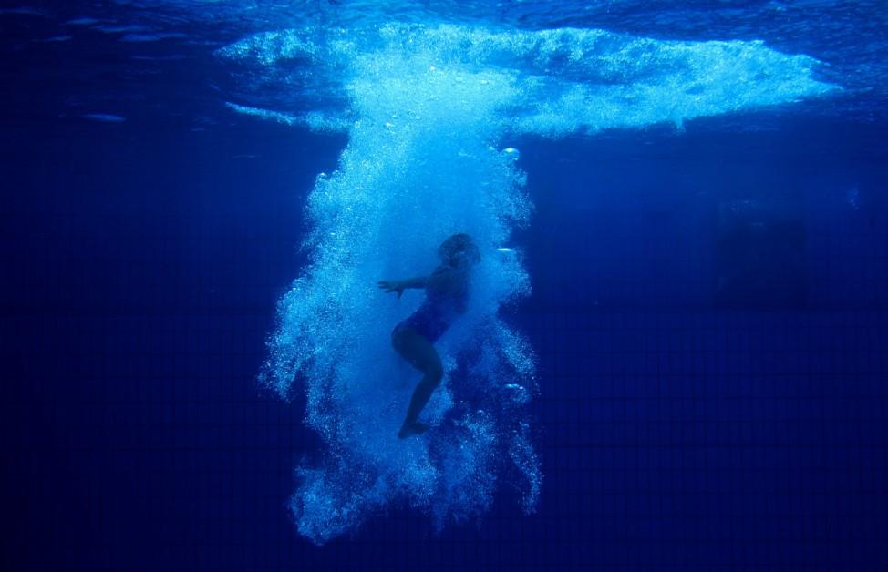 Tauchgang: Bei Temperaturen weit über 30 Grad kühlt sich dieses Mädchen in einem Schwimmbad in Essen durch einen Sprung ins Wasser ab.